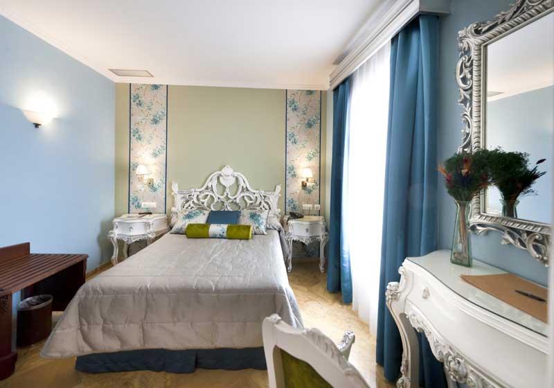 Habitaci n de hotel en sevilla superior deluxe for Habitaciones cuadruples en sevilla